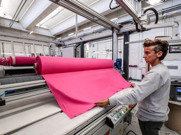 tessuto rosa montato su rullo per il controllo della qualità