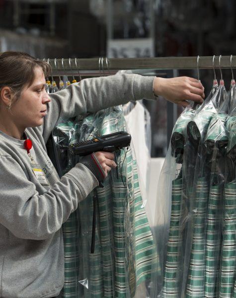 catalogazione di capi di abbigliamento da parte di una dipendente movimoda