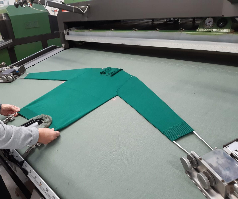 operatore movimoda effettua stiro industriale su capo abbigliamento